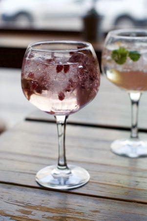 Husets gin and tonic med granateple og hylleblomst