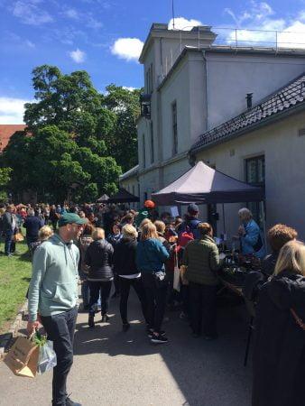 Livlig marked ute i Botanisk hage