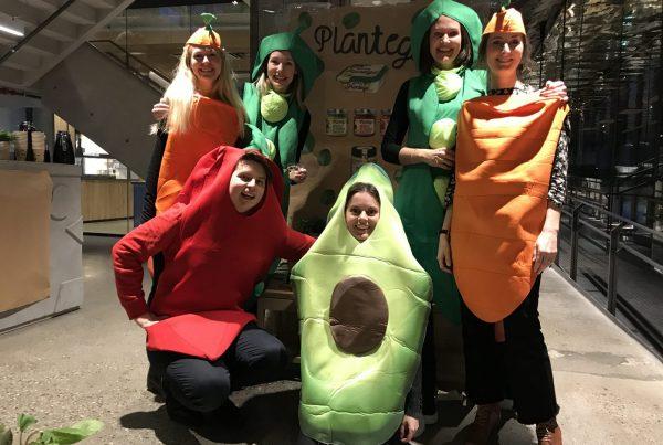 Ansatte kledd ut som grønnsaker