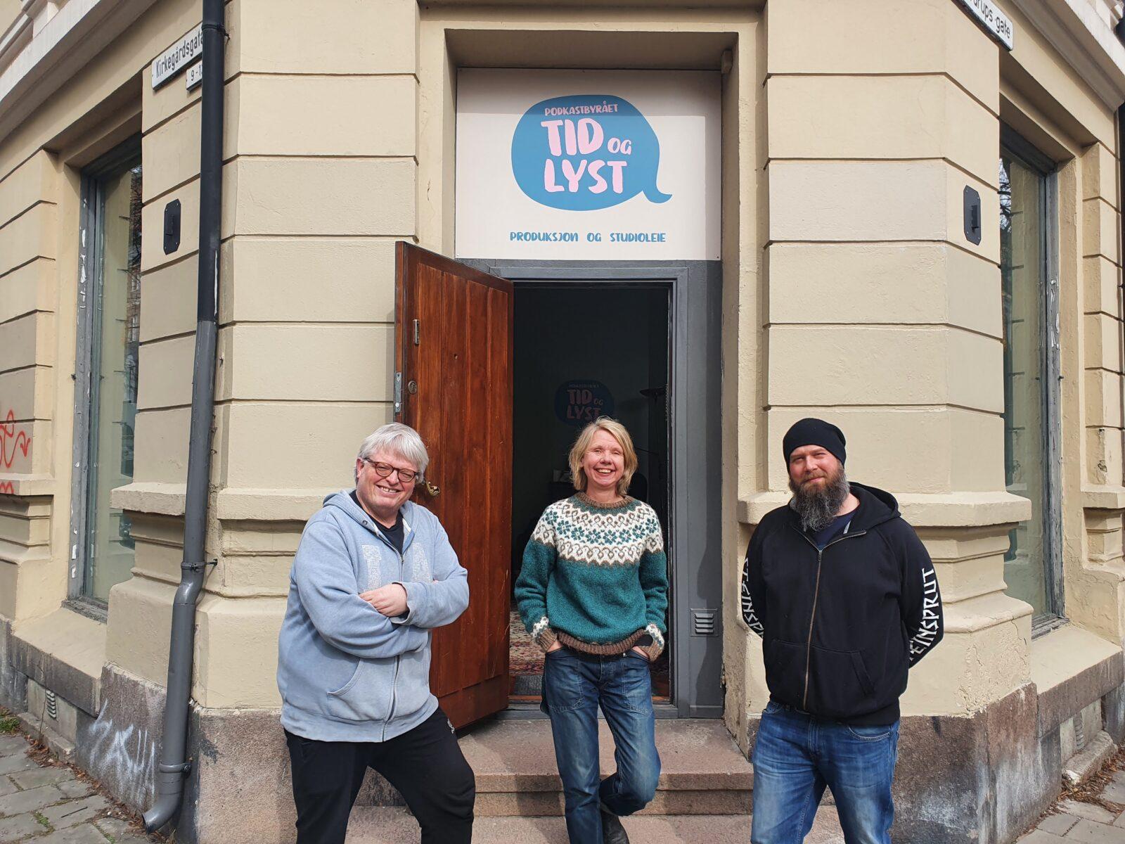 Eirik, Pia og Nils Johan foran inngangen til Tud og Lyst podkaststudio